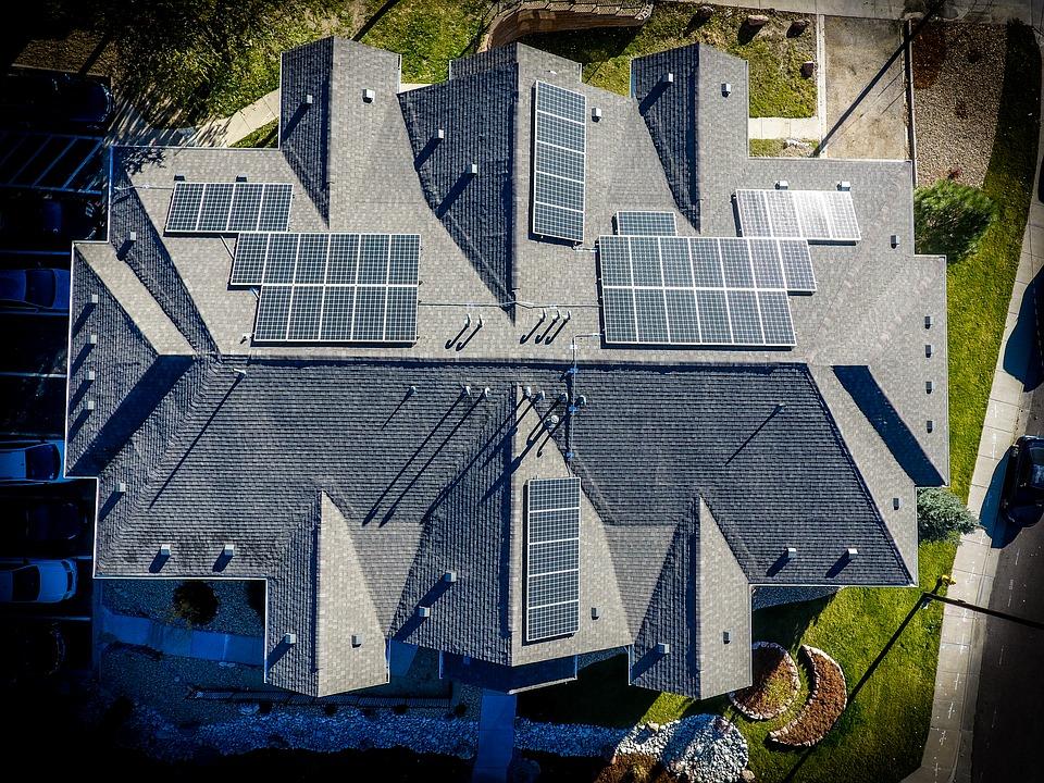 img-paneles-solares-tejado-hotel-Eficiencia-Energetica-KEIKEN